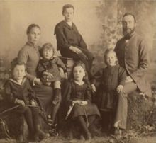 James Anderson and Caroline Ann McLauchlan with five of their nine children (c1889).
